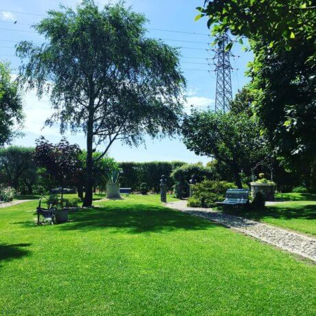Vista del parco del Ristorante Gelateria All'Angelo Da Lalo a Volpago del Montello, in provincia di Treviso.