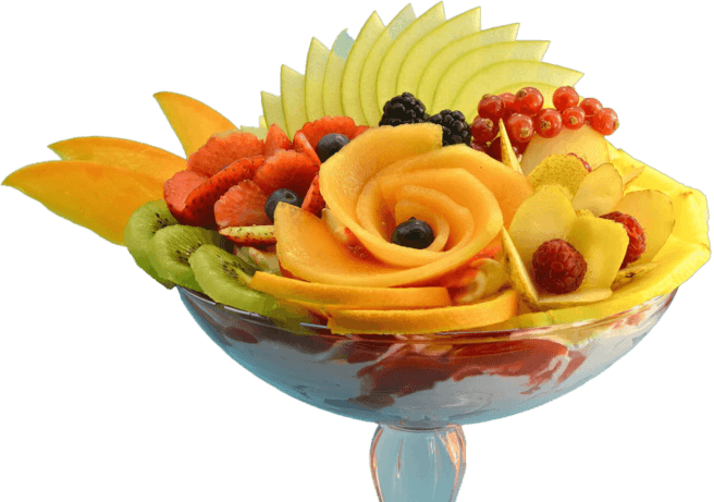 Coppa di gelato e macedonia di frutta fresca.